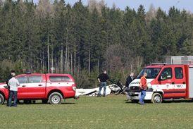 Záchranná akce po pádu vrtulníku.