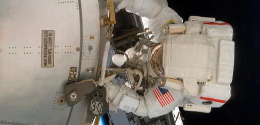Americký astronaut při práci vně ISS (ilustrační foto).