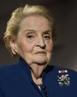 Madeleine Albrightová s broží symbolizující českého lva se slovenským dvojitým křížem promluvila v úterý 12. března ve Španělském sále Pražského hradu.