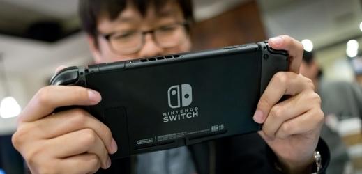Hráč s konzolí Switch.