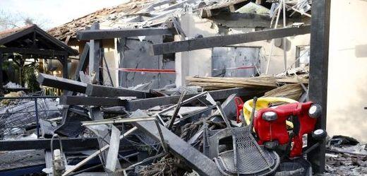 Dům zasažený raketou odpálenou z Pásma Gazy.