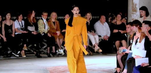Modelka prezentuje model návrhářky Zdeňky Imreczeové na Mercedes-Benz Prague Fashion Weeku.