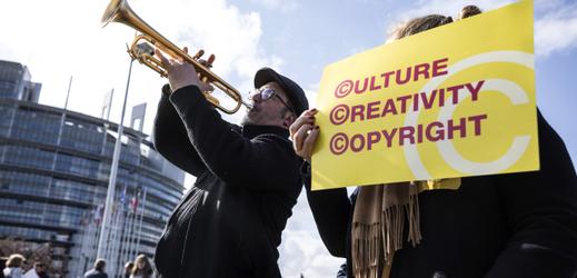 Shromáždění před budovou Evropského parlamentu ve Štrasburku na podporu zákonu o autorských právech.