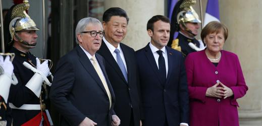 Zleva: Jean-Claude Juncker, Si Ťin-pching, Emmanuel Macron a Angela Merkelová.