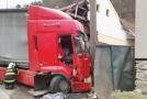 Kamion zdemoloval dva doma a vážně poškodil sloup elektrického vedení.