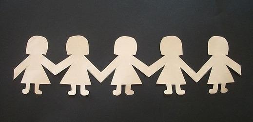 Matka a syn spolu chodí