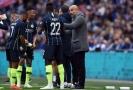 Trenér Man City Pep Guardiola radí svým svěřencům při semifinále FA Cupu.