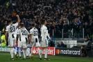 Cristiano Ronaldo se spoluhráči slaví gól do sítě Atlética.
