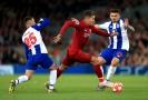 Roberto Firmino z Liverpoolu (v červeném) probíhá obranou Porta.