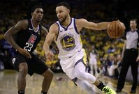 Opora basketbalistů Golden State Stephen Curry (vpravo) v úvodním zápase play-off proti LA Clippers.