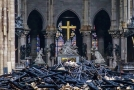 Interiér katedrály Notre-Dame zničený požárem.