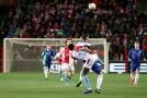 Obránce Slavie Michael Ngadeu v souboji s Olivierem Giroudem z Chelsea.