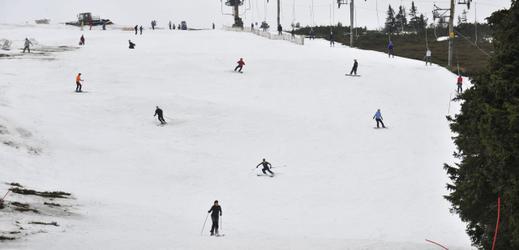Na Ovčárně v Jeseníkách se stále lyžuje.