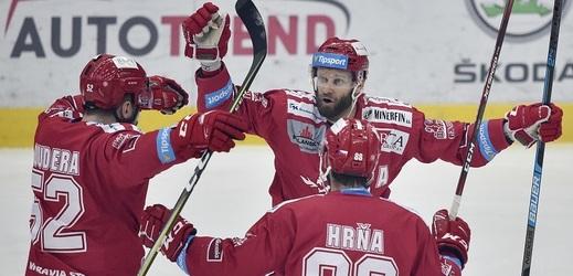 Třinečtí hokejisté se radují z úvodní trefy Erika Hrni.