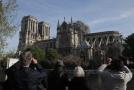 Oheň sežehl střechu katedrály Notre-Dame.