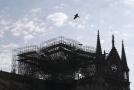 Katedrála Notre-Dame v Paříži poničená požárem.