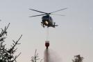 S plameny bojuje i vrtulník (ilustrační foto).