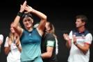 Karolína Muchová děkuje divákům po vyhraném zápase.