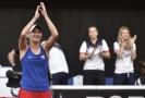 Markéta Vondroušová děkuje publiku po vyhraném zápase.