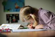 Žáci v Česku věnují domácím úkolům méně času než jinde