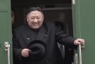 Kim Čong-un s úsměvem vystupuje ze svého speciálu.