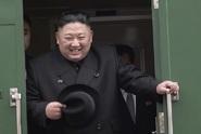 Kimův vlak nezvládl příjezd. Souprava couvala kvůli koberci
