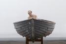 Muž ve člunu od Rona Muecka.