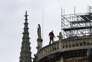Nedbali zákazu. Dělníci na katedrále v Notre-Dame kouřili