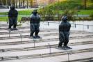 Tři bronzové sochy lidoopů zdobí schodiště ke vstupu do Velkého světa techniky v ostravské Dolní oblasti Vítkovice.
