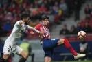 Fotbalisté Atlética ve 34. kole španělské ligy doma zdolali Valencii 3:2 a prozatím odložili mistrovské oslavy Barcelony.