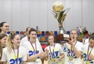Kapitánka basketbalistek USK Kateřina Elhotová se na snímku raduje s týmem.