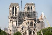 Stojí za požárem Notre-Dame žhář? Policie to zatím nevyloučila