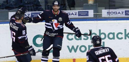 Hokejisté Slovanu Bratislava se radují z gólu v utkání KHL.