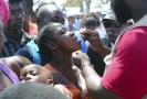 Lékařka podává dívce vakcínu proti choleře.