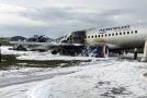 Letadlo, které na letišti v Moskvě zachvátily plameny, po zásahu hasičů.