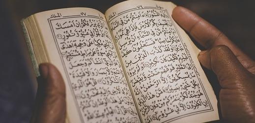 Korán, svatá kniha muslimů.