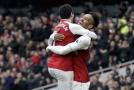 Fotbalistům Arsenalu možná bude ve finále Evropské ligy s Chelsea v Baku chybět záložník Henrik Mchitarjan (na snímku vlevo).