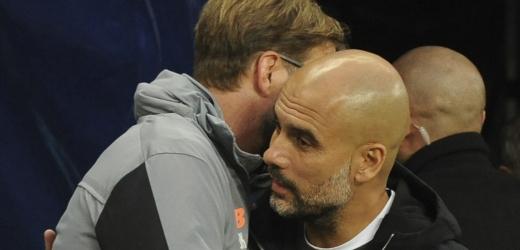 Pep Guardiola v obětí s Jurgenem Kloppem.