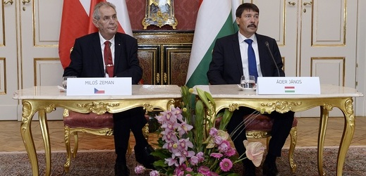 Miloš Zeman (vlevo) jednal s maďarským prezidentem Jánosem Áderem.