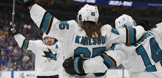Erik Karlsson se raduje z vítězné branky San Jose.