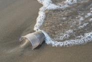 Tropický ráj je zavalený plasty. Odpad je i pod pískem
