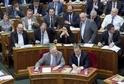 Ministerský předseda Viktor Orbán (vpravo) při diskutování migrace v budapešťském parlamentu.