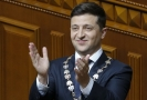 Nový ukrajinský prezident Volodymyr Zelenskyj se po nástupu do funkce činí.