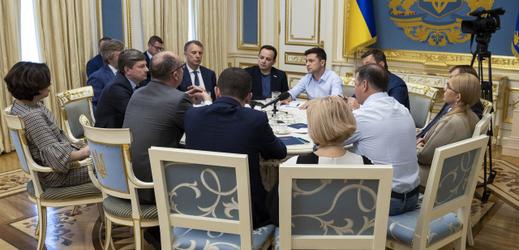 Ukrajinský prezident Volodymyr Zelenskyj (uprostřed v modré košili) při jednání v Kyjevě.