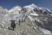 Tři lidé zemřeli ve frontě na vrchol hory. Mount Everest čelí náporu