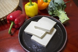 Tofu patří mezi oblíbené pokrmy v jídelníčku veganů.