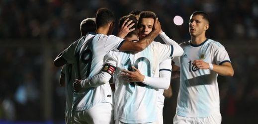 Fotbalisté Argentiny se radují z gólu v zápase s Nikaraguou.