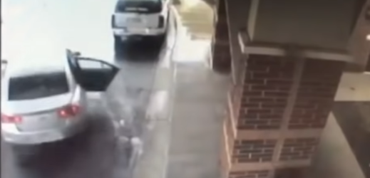 Snímek z bezpečnostní kamery, která zachytila pokus o únos dvou dětí.