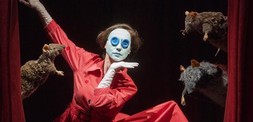 Andrea Ballayová při premiéře inscenace Jako knoflík v hlavě v Divadle Alfa v Plzni.