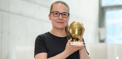 Cenu na místě převzala dramaturgyně titulu a vedoucí Tvůrčí skupiny Drama a literatura Kateřina Rathouská.